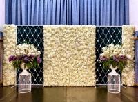 Стена из «искусственных» цветов