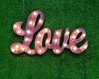 """Светящееся слово  """"LOVE"""""""